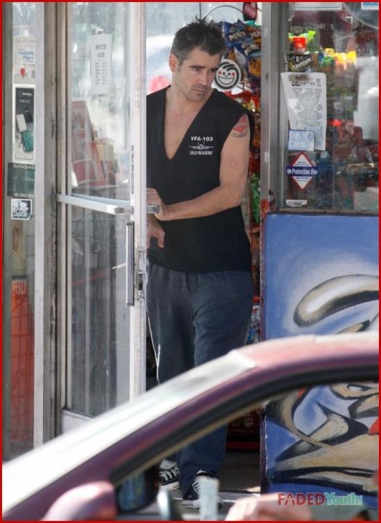 Колин Фаррелл выходя из магазина